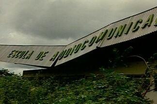 Prédio abandonado serve de esconderijo para bandidos no bairro do Catolé, em CG - Algumas famílias já abandonaram as casas e nem pensam em voltar a morar no local.
