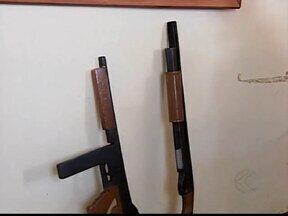 Menor de 13 anos é apreendido com réplicas de armas em Patos de Minas - Segundo a PM, uma era fuzil e a outra uma espingarda calibre 12. Menor tem várias passagens pela polícia.