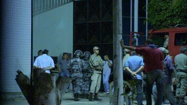Jovens fazem rebelião e queimam colchões em detenção no Ceará - Rebelião e incêndio foram controlados noite deste domingo (19). Detenção recebe jovens infratores e atualmente abriga além da lotação.