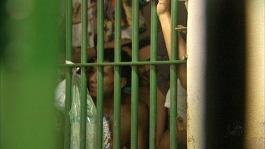 Cinco detentos serram grades e fogem do 33º Distrito Policial, no CE - Fuga aconteceu na manhã deste domingo (19). Um dos presos foi recapturado.