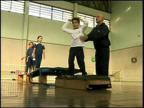 Jovens atletas de Juiz de Fora, MG, buscam garantir o futuro na ginástica de trampolim - Modalidade é recente, e passou a ser comandada pela Federação Internacional de Ginástica em 1999