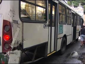 Acidente entre dois ônibus deixa passageiros levemente feridos - Uma ambulância do Samu esteve no local para dar socorro às vítimas. O acidente ocorreu no bairro do Comércio.