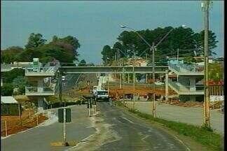 Obras da BR 285 interrompem o trânsito - Durante o dia foi eguida e fixada a plataforma da passarela de pedestres