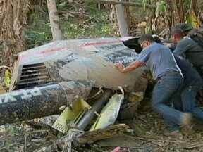 Morador registra desespero depois da queda de helicóptero em Itaquaquecetuba (SP) - Um helicóptero fez um pouso forçado em Itaquaquecetuba no fim de semana. E um morador registrou o momento em que o piloto perdeu o controle da aeronave, e ainda o desespero depois da queda.