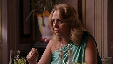 Ivana conta que Adauto e Tessália foram atrás dos namorados - Carminha finge indignação com a traição dos pais de Tufão