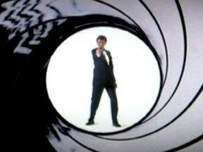 James Bond é o espião mais popular de todos os tempos - O espião mais famoso do mundo está completando bodas de ouro com o sucesso. Entre mulheres bonitas, carros velozes, armas de última geração e gênios do mal, o agente 007 saiu dos livros de bolso para as telas do cinema e fez fama e fortuna.