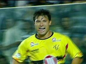 Vitória vence o Ceará e volta à liderança da Série B do Brasileirão - Em Fortaleza, o Ceará saiu na frente com um gol de Mota, de pênalti. Mas o Vitória conseguiu vencer a partida de virada por 3 a 1 e retomou o primeiro lugar da tabela do Brasileirão.
