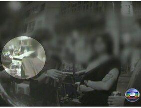 Traficantes agem livremente na Lapa - O bairro, famoso pela boemia, é um dos mais frequentados na noite carioca. E a rua usada pelos traficantes é a mesma onde funciona a sede da Polícia Civil, e bem perto da Polícia Militar. Frequentadores cobram mais segurança.