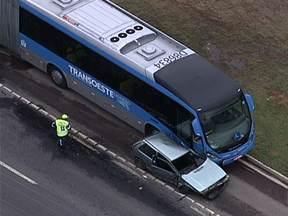 Acidentes deixam trânsito complicado em várias partes da cidade nesta terça-feira (28) - Pela manhã o motorista de um ônibus perdeu o controle e bateu em um outro veículo. A tarde mais uma colisão com um ônibus do BRT Transoeste. O motorista de um carro invadiu a pista exclusiva e bateu no ônibus, na altura de Mato Alto, em Guaratiba.