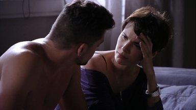 Nina diz a Jorginho que Max ainda oferece perigo - Max escuta tudo sem ser visto