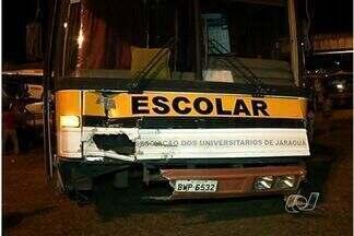 Quatro veículos se envolvem em um acidente em Anápolis, GO - Quatro veículos se envolveram em um acidente em Anápolis no fim da noite de quinta-feira (30). O veículo que teria provocado a batida é um ônibus escolar, que transportava 40 alunos. Ninguém ficou ferido.