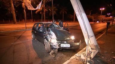 Homem com suspeita de embriaguez bate com carro em poste, em Belo Horizonte - Acidente aconteceu na Avenida Antônio Carlos, na Região da Pampulha.