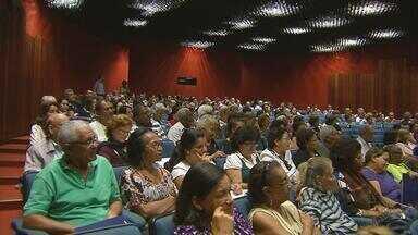 Encontro no Recife discute os direitos dos idosos - Hoje em dia, as pessoas que já passaram dos 60 anos estão cada vez mais atentas aos direitos e garantias que têm. Por isso, muitas delas participam de um seminário que está sendo realizado no Fórum Rodolfo Aureliano, na Ilha Joana Bezerra.