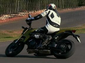 Pneus de motos novas devem ser desgastados nos primeiros metros rodados - Moto nova é sempre uma alegria. Ela está toda brilhando, e até o pneu parece que tem cêra. E tem mesmo. Muito piloto experiente vai parar no chão por causa disso.