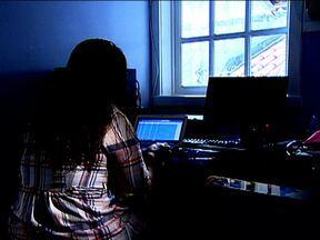 Pais descobrem pedófilos ao vasculharem computadores dos filhos - A polícia esclareceu esta semana dois casos de suspeita de pedofilia, o que só foi possível graças ao empenho dos pais, que vasculharam os computadores dos filhos e descobriram os crimes.