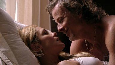 Carminha promete a Max: 'Aquele corno vai pagar dobrado!' - Na cama, o casal planeja volta por cima