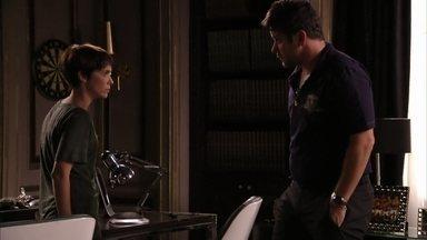 Tufão pede que Nina pense em sua proposta - A cozinheira entrega sua carteira de trabalho e garante que gosta do ex-jogador como se ele fosse seu pai