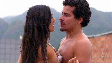 Avenida Brasil - Capítulo de quinta-feira, dia 06/09/2012, na íntegra - Suelen e Leandro se pegam em banho de mangueira