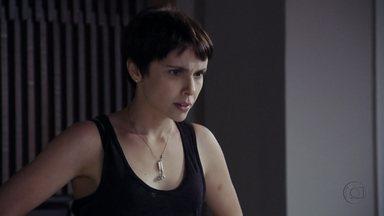 Nina fica preocupada com as intenções de Max - Ela não entende porque o malandro a levou até seu barco e desconfia que foi filmada por ele