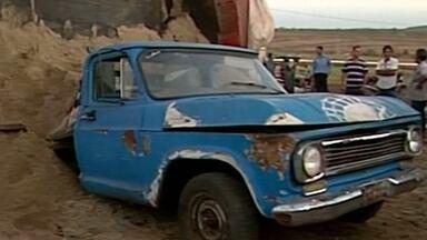 Caminhão carregado de areia tomba em cima de dois veículos - Acidente foi em Ituiutaba.