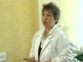 Enfermeira Ana Cristina mostra o funcionamento do toque terapêutico - Ela diz que faz imposição das mãos para descobrir as enfermidades dos pacientes