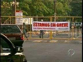 Funcionários técnicos da Universidade Estadual de Maringá entram em greve - Alunos não tiveram aula porque blocos e portões não foram abertos
