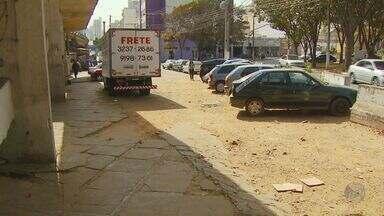 Morador de Campinas reclama de carros estacionados na calçada do Viaduto Cury - Um morador de Campinas reclama de carros estacionados na calçada do Viaduto Cury, dificultando o trânsito.
