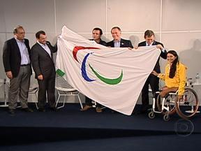 Bandeira Paralímpica chega ao Rio de Janeiro - O símbolo chegou com a comitiva brasileira que acompanhava a competição em Londres. A tenista Natália Mayara, de 18 anos, foi escolhida para representar todos os paratletas no evento.