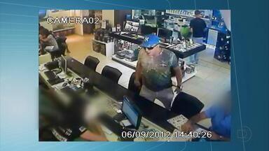 Câmeras flagram ação de bandidos dentro de loja de informática na Madalena - Imagens revelam muito medo e apreensão dos funcionários e clientes da loja. Assalto ocorreu em horário de muito movimento.