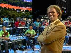 Violinistas do Projeto Guri visitam o maestro holandês André Rieu - Os estudantes tomaram o lugar dos músicos de André Rieu. Nesta terça-feira (11), começa mais uma temporada de shows do holandês no Ginásio do Ibirapuera.