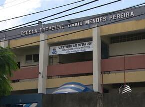 Adolescente esfaqueia colega dentro de escola estadual em Salvador - Uma estudantede 17 anos teve o braço ferido depois de ser atingida por uma facada dentro do colégio.
