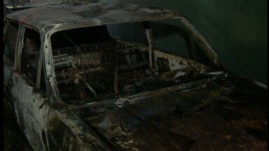 Menino de quatro anos coloca fogo no carro do avô em Uberlândia - Corpo de Bombeiros alerta para o risco de crianças ficarem sozinhas.