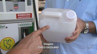 Postos e motoristas desobedecem norma sobre embalagens para transporte de combustíveis - Gasolina ou álcool só podem ser transportadas em recipientes adequados para reduzir risco de explosão.