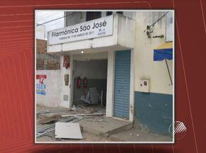 Caixa eletrônico é explodido por assaltantes em Muritiba - Segundo a polícia, seis homens usaram bananas de dinamite para levar todo o dinheiro do equipamento.
