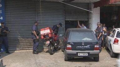 Bando explode caixa eletrônico dentro de drogaria em Manaus - Quatro suspeitos invadiram o local e explodiram o caixa eletrônico.