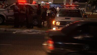 Mulher morre atropelada em Fortaleza - Familiares reclamam da falta de local adequado para passagem.