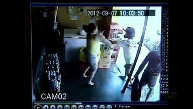 Vigilante é baleado no pescoço ao reagir a assalto - Homem foi levado a hospital e passa bem.