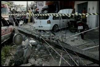 JPB2JP: 4 pessoas ficaram feridas num acidente em João Pessoa. - Um carro invadiu uma oficina mecânica.