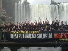 Políciais federais protestaram na passarela das Cataratas do Iguaçu - Eles já estão há mais de um mês em greve e até agora não houve acordo com o governo federal.
