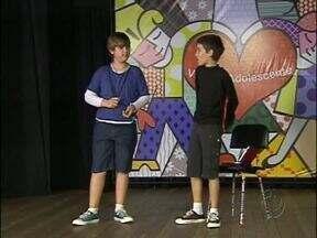 Peça de teatro em São Miguel do Iguaçu fala dos problemas da adolescência - O espetáculo será apresentado amanhã e sexta, no centro cultural Avelino Antônio Vieira.