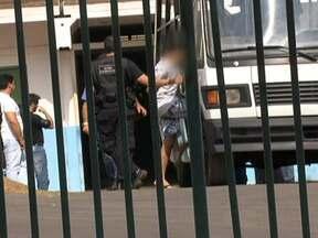 Mais internos são retirados do prédio velho do Caje - Os 22 internos foram algemados e levados até à carceragem do Departamento de Polícia Especializada. Cerca de 100 jovens com mais de 18 anos estão isolados porque teriam mandado as mortes no Caje.