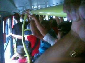 Superlotação nos ônibus intermunicipais é motivo de reclamação dos usuários - A superlotação nos ônibus intermunicipais tem sido uma reclamação frequente dos cidadãos de Sorocaba e dos que moram em cidades vizinhas. A equipe do Tem Notícias acompanhou o trajeto de moradores de Salto de Pirapora e São Roque.