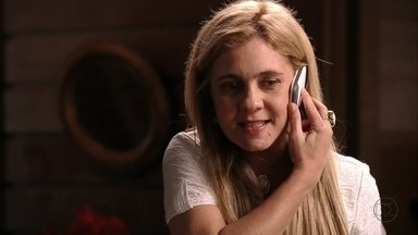 Carminha liga para Max e quer saber sobre roubo - O malandro conta para a amante que Lúcio já está na cola de Nina