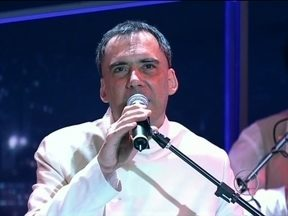 Arnaldo Antunes se apresenta com a música 'Sem Você' - Cantor interpreta sucesso na abertura do Programa do Jô