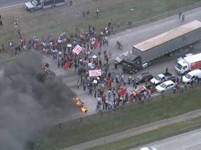 Moradores fazem protesto no Rodoanel, no sentido da Rodovia dos Bandeirantes - Uma manifestação acontece na manhã desta sexta-feira (14), no Rodoanel, na altura do Km 19, no sentido da Rodovia dos Bandeirantes. São moradores da região que invadiram todas as faixas da rodovia.