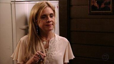 Carminha planeja destruir a reputação de Nina - Max conta para a amante que Ivana e Muricy acreditam que a cozinheira seja perigosa, mas a megera quer que Tufão deixe de acreditar em Nina