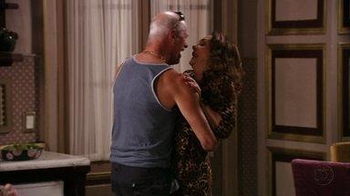 Leleco e Muricy namoram na despensa - Ele provoca e ela não resiste às investidas do ex-marido