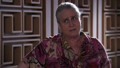 Lucinda aconselha Jorginho a conversar com Tufão - Nina conta que perdeu as provas contra Carminha e pede para o namorado defendê-la perante a família de Tufão