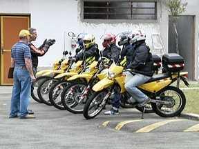 Motofretistas devem se capacitar e adotar equipamentos de segurança - O prazo é fevereiro de 2013. Nos cursos do SEST/SENAT, há cinco mil vagas. A CET também oferece treinamento. O Banco do Povo do Estado abriu uma linha de crédito especial só para motoboys.
