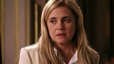 Carminha tenta convencer Tufão a denunciar Nina - A megera consegue enganar a família do marido e Muricy pressiona o filho para que ele ligue para a polícia